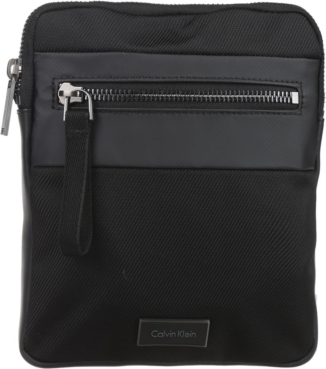 Сумка мужская Calvin Klein Jeans, цвет: черный. K50K502300_0010K50K502300_0010Стильная мужская сумка Calvin Klein Jeans выполнена из полиуретана, полиамида и полиэстера. Изделие имеет одно отделение, которое закрывается на застежку-молнию. Внутри сумки расположен мягкий карман для планшета. Снаружи, на передней стенке находится прорезной карман на застежке-молнии. Сумка оснащена текстильным плечевым ремнем, который регулируется по длине. Стильная сумка идеально подчеркнет ваш неповторимый стиль.