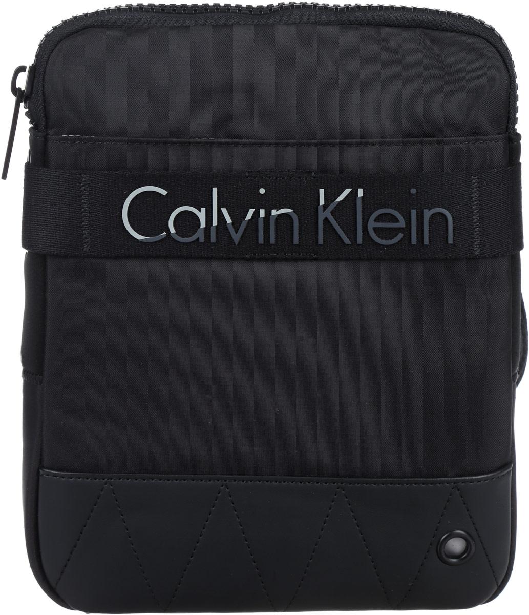 Сумка мужская Calvin Klein Jeans, цвет: черный. K50K502291_0010K50K502291_0010Стильная мужская сумка Calvin Klein Jeans выполнена из полиуретана, полиамида и полиэстера. Изделие имеет одно отделение, которое закрывается на застежку-молнию. Внутри находится накладной открытый карман. Снаружи, на передней стенке расположен нашивной карман на липучке. Задняя часть сумки дополнена мягкой сетчатой вставкой, которая обеспечивает комфорт при носке. Сумка оснащена текстильным плечевым ремнем, который регулируется по длине. Стильная сумка идеально подчеркнет ваш неповторимый стиль.