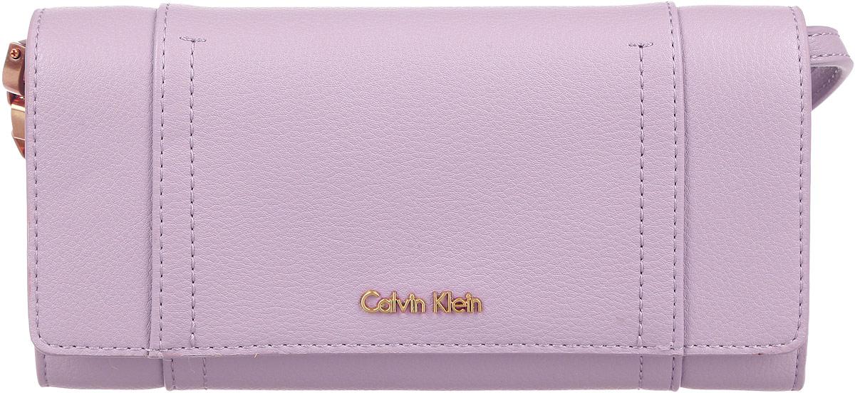 Клатч-кошелек женский Calvin Klein Jeans, цвет: пепельно-розовый. K60K602432_0060K60K602432_0060Стильный женский клатч-кошелек Calvin Klein Jeans изготовлен из полиуретана. Изделие имеет четыре отделения для купюр, двенадцать кармашков для пластиковых карт, карман для документов и чеков, и карман для мелочи на застежке-молнии. Застегивается изделие на клапан с кнопкой. Снаружи, на задней стенке предусмотрен прорезной карман на застежке-молнии. Сумка оснащена съемным наплечным ремнем. Отстегнув ремень изделие можно использовать как кошелек. Роскошный клатч-кошелек внесет элегантные нотки в ваш образ и подчеркнет ваше отменное чувство стиля.