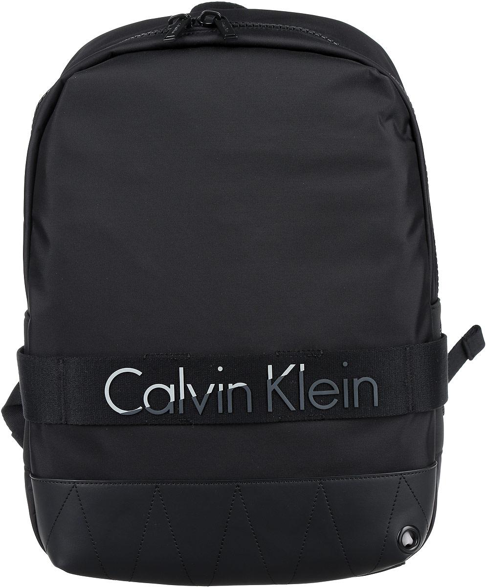 Рюкзак мужской Calvin Klein Jeans, цвет: черный. K50K502293_0010656053532IV_569Стильный мужской рюкзак Calvin Klein Jeans выполнен из полиуретана, полиамида и полиэстера. Изделие имеет одно основное отделение, которое закрывается на застежку-молнию. Внутри изделия расположены мягкие карманы для планшета и ноутбука, закрывающиеся на хлястик с липучкой, мягкий карман для телефона или плеера, два накладных открытых кармана и прорезной карман на застежке-молнии. Сверху имеется отверстие для наушников. Мягкая спинка из сетчатого материала обеспечивает комфорт при носке. Рюкзак оснащен широкими лямками регулируемой длины и ручкой для переноски в руке.