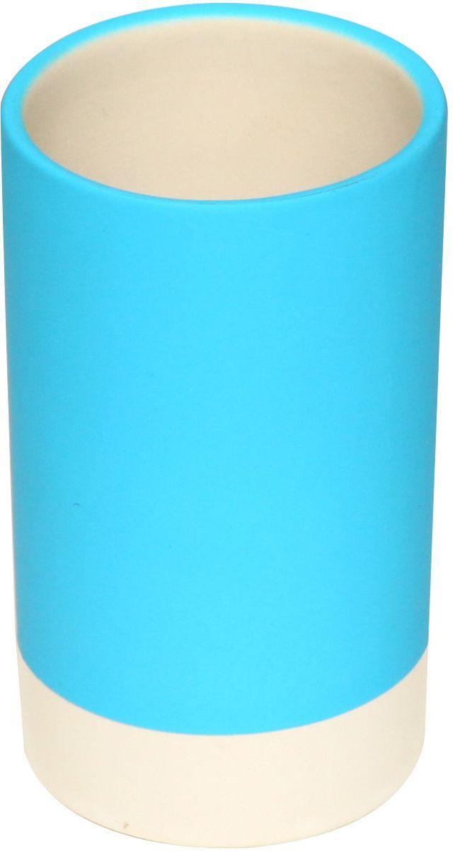 Стакан для зубных щеток Proffi Home, цвет: голубой, 280 мл. PH6472PH6472Стакан для зубных щеток - это практичный аксессуар, помогающий навести порядок и организовать хранение разных принадлежностей в ванной комнате. В нем удобно хранить зубные щетки, тюбики с зубной пастой и другие мелочи. Керамика, из которой сделан стакан, выгодно отличается от других материалов в первую очередь натуральностью и благородным внешним видом. Этот материал устойчив к перепадам температур, повышенной влажности и бытовым химическим средствам. Каучуковое покрытие обеспечивает антискользящий эффект. Благодаря лаконичной форме такой аксессуар отлично впишется в любой интерьер ванной комнаты и станет ее украшением. Материал: керамика, каучук. Страна-изготовитель: Китай. Размеры: 6*6*10.5см