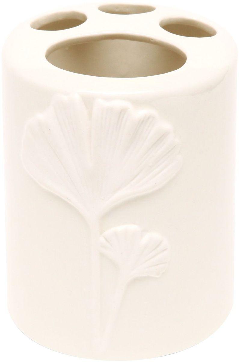 Стакан для зубных щеток Proffi Home Лепесток, цвет: белый, 380 мл. PH6504PH6504Стакан для зубных щеток - это практичный аксессуар, помогающий навести порядок и организовать хранение разных принадлежностей в ванной комнате. В нем удобно хранить зубные щетки, тюбики с зубной пастой и другие мелочи. Керамика, из которой сделан стакан, выгодно отличается от других материалов в первую очередь натуральностью и благородным внешним видом. Этот материал устойчив к перепадам температур, повышенной влажности и бытовым химическим средствам. Благодаря оригинальному дизайну такой аксессуар отлично впишется в любой интерьер ванной комнаты и станет ее украшением. Материал: керамика. Цвет: белый. Страна-изготовитель: Китай. Размеры: 8.5x8.5x10.5 см