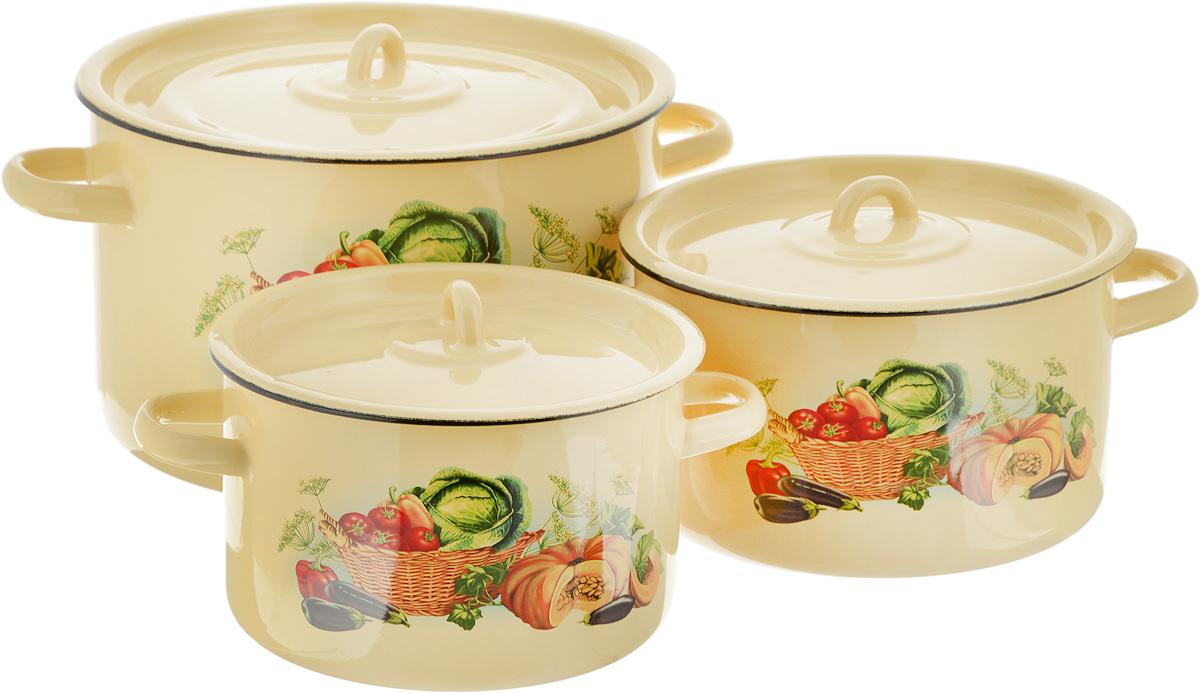 Набор кастрюль СтальЭмаль Урожай, с крышками, 6 предметов1с112/1Нарядный набор эмалированных кастрюль СтальЭмаль Урожай станет украшением вашей кухни и поможет вам готовить вкусные супы и компоты. Эмаль является тонкой стеклянной пленкой и надежно защищает ваши блюда от окисления, в посуде с таким покрытием можно хранить готовые блюда, не опасаясь за свое здоровье. Эмаль легко мыть, она устойчива к воздействию любых металлических предметов: ножей, ложек, железных лопаток, ее можно использовать для всех видов плит. Объем кастрюль: 2,9 л; 3,9 л; 7 л. Диаметр кастрюль (по верхнему краю): 19 см; 21 см; 26 см. Ширина кастрюль (с учетом ручек): 25 см; 28 см; 34 см. Высота стенки кастрюль: 12 см; 12,5 см; 16,5 см.
