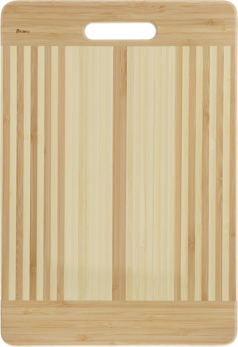 Доска разделочная LarangE От шефа, 39 х 27 х 1,8 смCM000001328Доска разделочная LarangE От шефа изготовлена из качественного бамбука. Доска склеивается в заводских условиях из отдельных распиленных полос. Сочетание склеенных полосок разного цвета в изделии выглядит богато и притягательно. Бамбук обладает плотной и очень твердой структурой (400-700 кг/м3), устойчив к механическим и климатическим воздействиям. Доски из бамбука не рассыхаются и не трескаются, не портятся от мытья в теплой воде, не впитывают влагу и запахи и имеют долгий срок службы. Бамбук - это 100% экологически чистый продукт. Доска разделочная LarangE От шефа станет полезным приобретением для вашей кухни, а также красиво дополнит как современный, так и классический интерьер. Не рекомендуется мыть в посудомоечной машине.