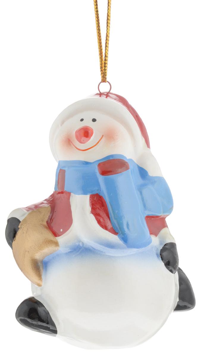 Украшение новогоднее подвесное House & Holder Снеговик со звездой, высота 7,5 смA6483LM-6WHНовогоднее подвесное украшение House & Holder Снеговик со звездой выполнено из качественной глазурованной керамики. С помощью специальной петельки украшение можно повесить в любом понравившемся вам месте. Но, конечно, удачнее всего оно будет смотреться на праздничной елке.Елочная игрушка - символ Нового года. Она несет в себе волшебство и красоту праздника. Создайте в своем доме атмосферу веселья и радости, украшая новогоднюю елку нарядными игрушками, которые будут из года в год накапливать теплоту воспоминаний.