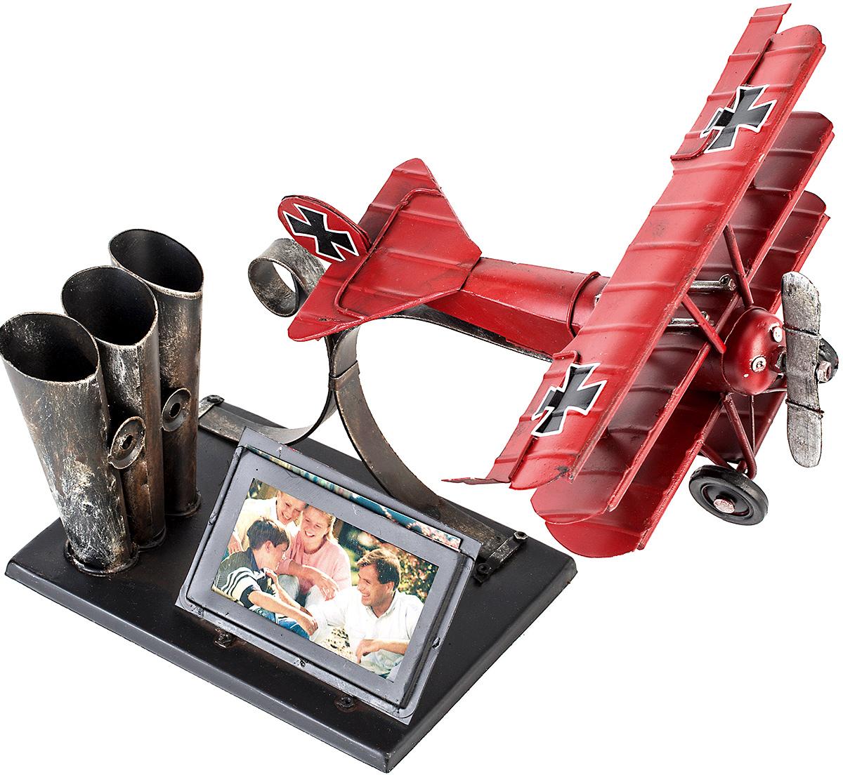 Фоторамка Platinum Самолет, с подставкой для ручек, 5 х 7 см1404E-4467Фоторамка Platinum Самолет, выполненная из металла, оснащена подставкой для ручек и карандашей. Такая фоторамка поможет вам оригинально и стильно дополнить интерьер помещения, а также позволит сохранить память о дорогих вам людях и интересных событиях вашей жизни. Подходит для фотографии размером: 5 х 7 см.