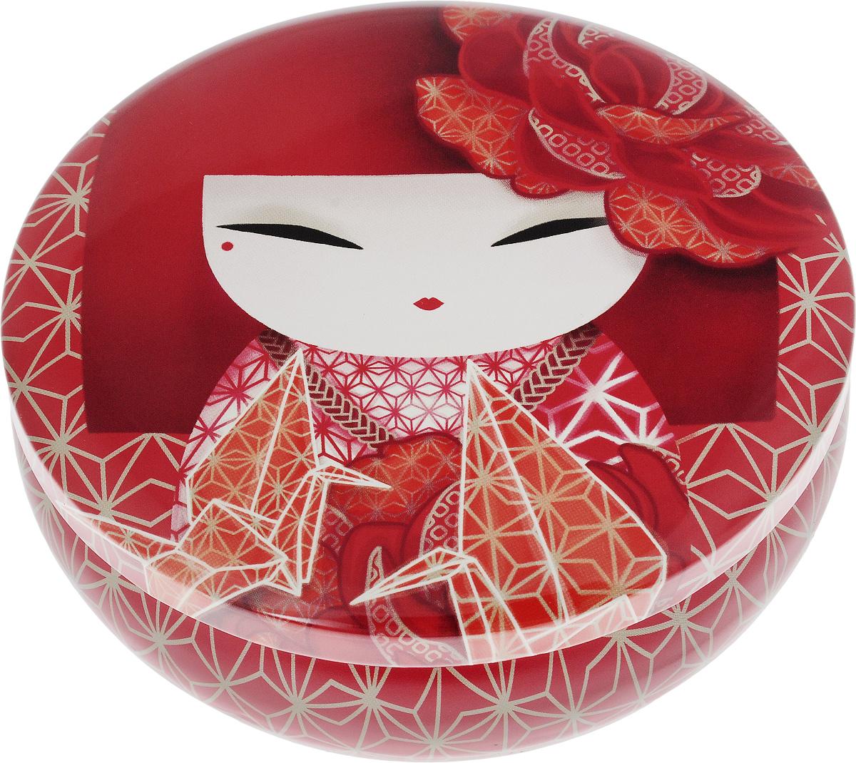 Шкатулка жестяная Kimmidoll КазунаKH0978Шкатулка жестяная Kimmidoll Казуна изготовлена из жести и оформлена изображением японской куколки кокеши. Шкатулка содержит вместительное отделение, надежно закрывающееся крышкой. Такая шкатулка не только надежно сохранит вашу бижутерию, но и станет необычным украшением интерьера. Размер: 13,5 x 13,5 x 4,5 см.