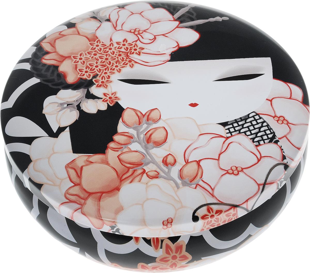 Шкатулка жестяная Kimmidoll КайоKH0977Шкатулка жестяная Kimmidoll Кайо изготовлена из жести и оформлена изображением японской куколки кокеши. Шкатулка содержит вместительное отделение, надежно закрывающееся крышкой. Такая шкатулка не только надежно сохранит вашу бижутерию, но и станет необычным украшением интерьера. Размер: 13,5 x 13,5 x 4,5 см.