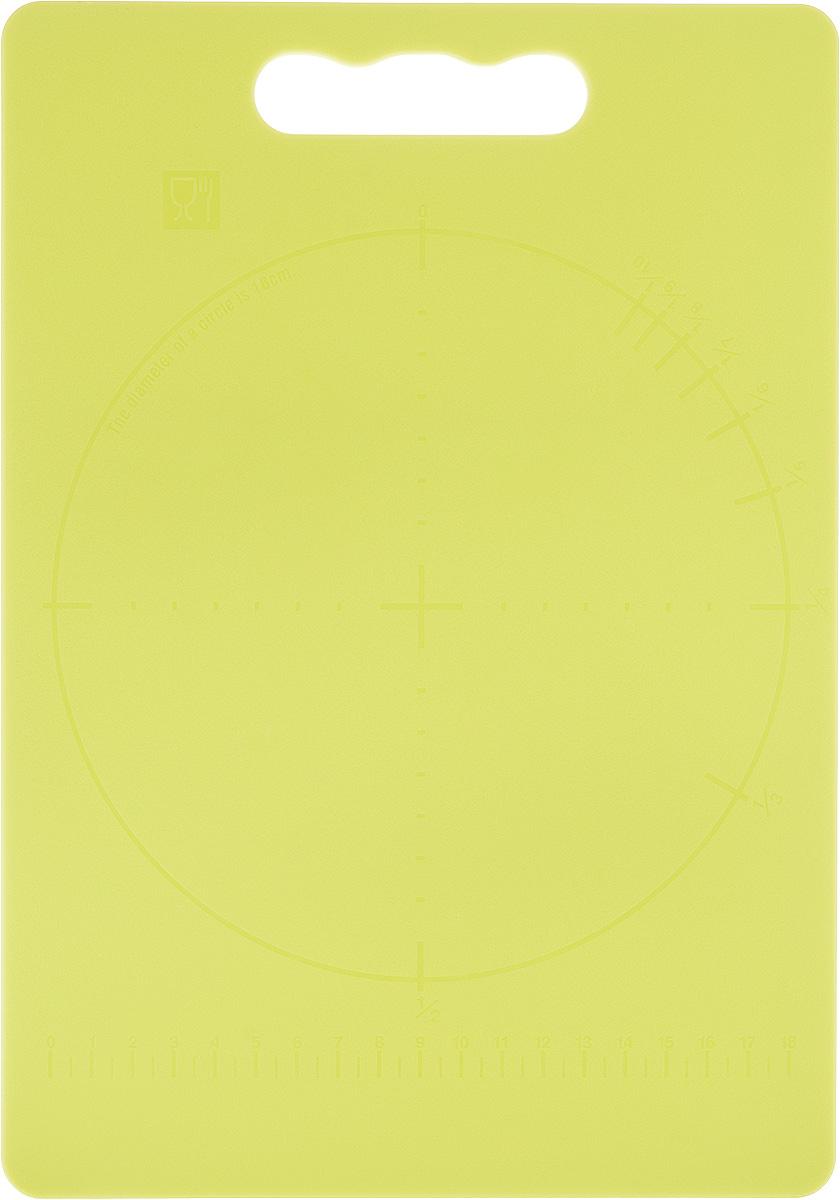 Доска разделочная Zeller, цвет: салатовый, 28 х 20 х 0,3 см26131Доска разделочная Zeller выполнена из прочного пищевого пластика. Идеально подходит для нарезки любых продуктов. Доска не впитывает запах продуктов, имеет антибактериальную поверхность, отличается долгим сроком службы. Ножи не затупляются при использовании. Доска снабжена удобной ручкой. Можно использовать обе стороны доски. Такая доска понравится любой хозяйке и будет отличным помощником на кухне. Можно мыть в посудомоечной машине.