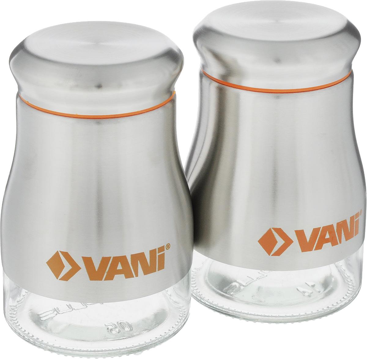 Набор банок для специй VANI, 150 мл, 2 штV9036Банки для специй VANI изготовлены из стекла с обрамлением из нержавеющей стали. Съемное сито оснащено отверстиями двух размеров. Банки оснащены плотно закрывающимися крышками из нержавеющей стали и пластика. Оригинальные баночки для специй сохранят свежесть и вкус ваших специй. Наслаждайтесь приготовлением пищи с набором для специй VANI. Во избежание повреждений поверхности не используйте для мытья металлические губки, абразивные материалы, хлор и кислотосодержащие очистители. Диаметр емкости (по верхнему краю): 4 см. Высота емкости (с учетом крышки): 9,5 см.