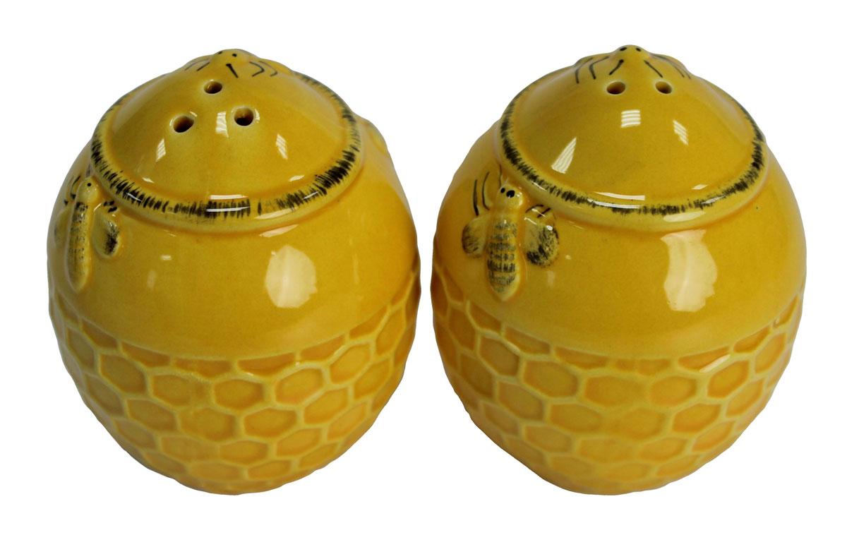 Набор для специй N/N Медовый аромат, 2 предмета824523Набор для специй Медовый аромат, состоящий из солонки и перечницы, изготовлен из высококачественной керамики. Изделия украшены оригинальным орнаментом. Солонка и перечница легки в использовании: стоит только перевернуть емкости, и вы с легкостью сможете поперчить или добавить соль по вкусу в любое блюдо. Дизайн, эстетичность и функциональность набора позволят ему стать достойным дополнением к кухонному инвентарю.