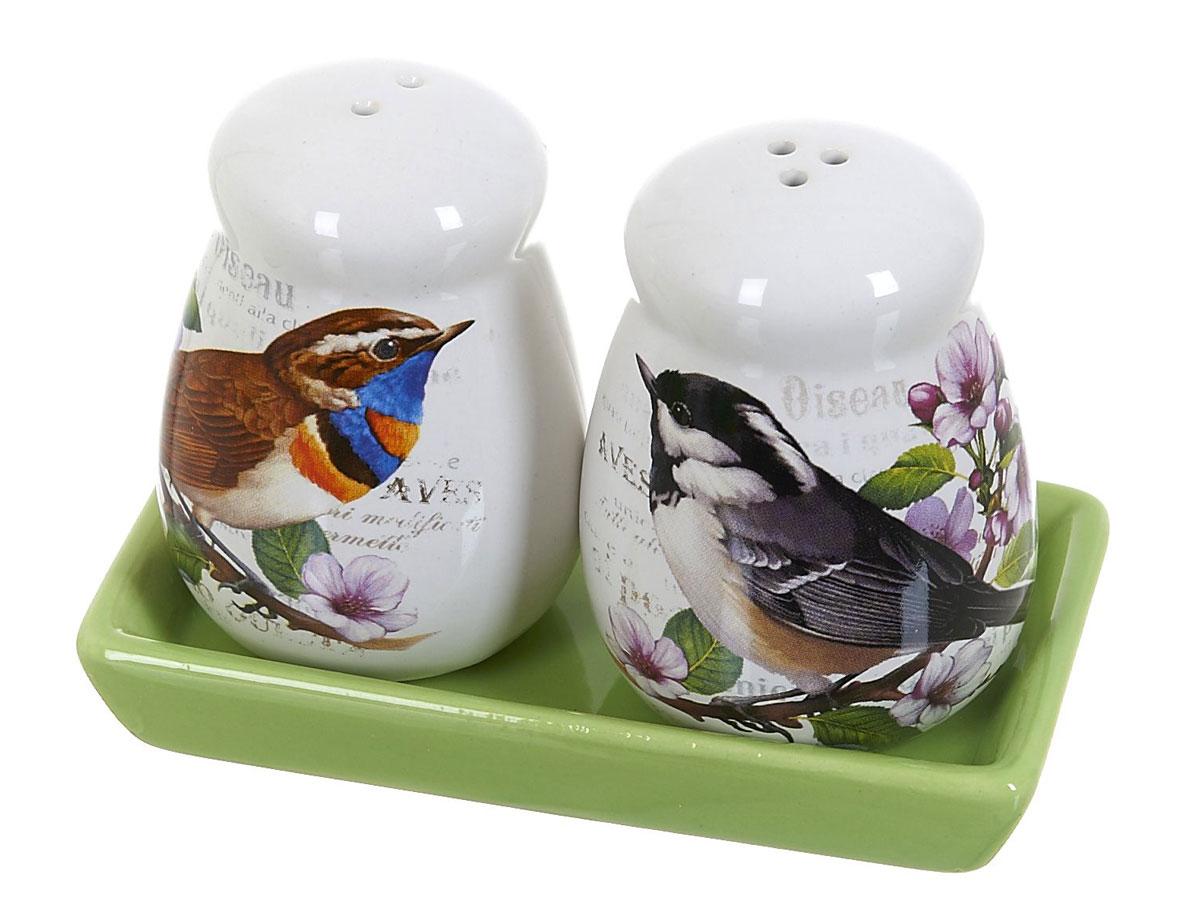 Набор для специй Polystar Birds, 3 предметаVT-1520(SR)Набор для специй, состоящий из солонки и перечницы, на керамической подставке, изготовлен из высококачественной керамики. Изделия украшены оригинальными рисунками. Солонка и перечница легки в использовании: стоит только перевернуть емкости, и вы с легкостью сможете поперчить или добавить соль по вкусу в любое блюдо.Дизайн, эстетичность и функциональность набора позволят ему стать достойным дополнением к кухонному инвентарю.Размер набора: 12 x 6,5 x 9 см.