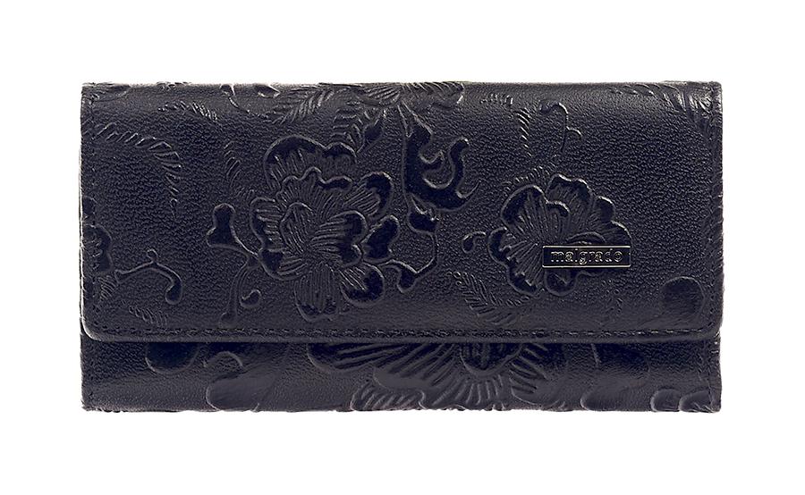Ключница Malgrado, цвет: черный. 47006-1820347006-18203 BlackСтильная ключница Malgrado изготовлена из натуральной кожи черного цвета с декоративным тиснением в виде цветов и закрывается широким клапаном на две кнопки. Внутри ключницы расположено шесть крючков для ключей, кармашек на застежке-молнии и металлическое кольцо для возможности крепления к поясу или сумке. Ключница упакована в коробку из плотного картона с логотипом фирмы. Характеристики: Материал: натуральная кожа, металл, текстиль. Размер ключницы: 12 см x 6 см х 2 см. Цвет: черный. Размер упаковки: 14,5 см x 7,5 см x 3 см. Артикул: 47006-18203.