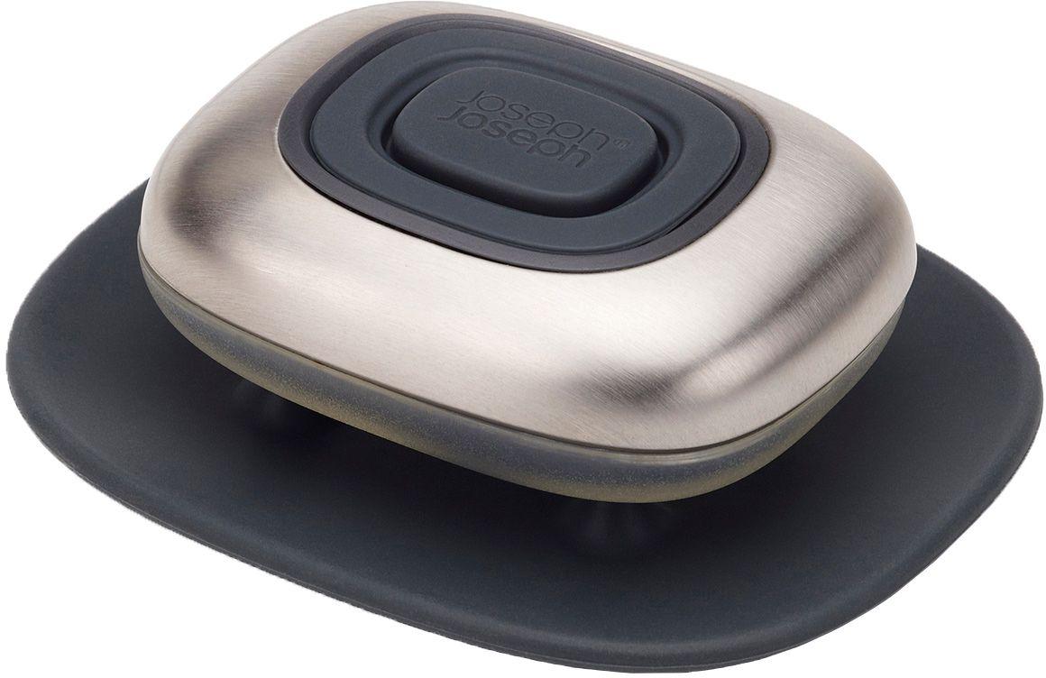 Дозатор для жидкого мыла Joseph Joseph SmartBar85085Многоразовая емкость с дозатором для экономичного хранения жидкого мыла. Идеально подходит для мытья рук до и после готовки. Гладкий кейс из нержавеющей стали не только эффектно выглядит, но и тщательно удаляет с ладоней и пальцев даже самые сильные запахи — например, чеснока или лука. Емкость SmartBar можно использовать как саму по себе, так и наполнять жидким мылом для наибольшей эффективности. Для применения необходимо наполнить кейс, а затем при помощи силиконовой кнопки выделять нужное количество мыла (дозатор оснащен защитой от протекания). Для гигиеничного хранения к емкости прилагается небольшая силиконовая подставка. Рекомендуется мыть только вручную.