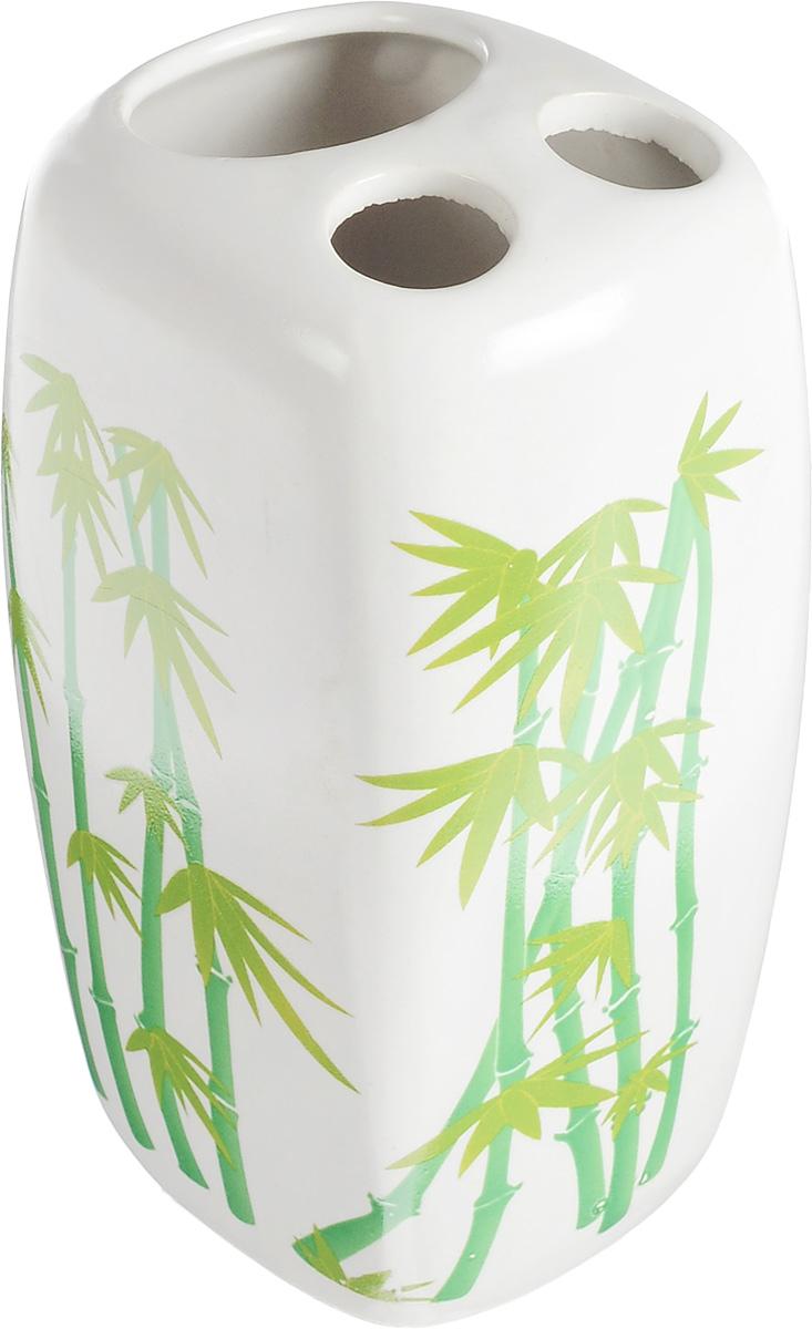 Стакан для зубных щеток Vanstore Green Bamboo, высота 11 см106-029Стакан Vanstore Green Bamboo изготовлен из высококачественной керамики и украшен изображением бамбука. В нем удобно хранить зубные щетки и небольшой тюбик с пастой. Такой аксессуар для ванной комнаты стильно украсит интерьер и добавит в обычную обстановку яркие и модные акценты.Изделие отлично сочетается с другими аксессуарами из коллекции Green Bamboo.Размер стакана: 7 х 6,5 х 11 см.Диаметр отверстий для зубных щеток: 1,7 см. Размер отверстия для тюбика пасты: 3,7 х 3,2 см.