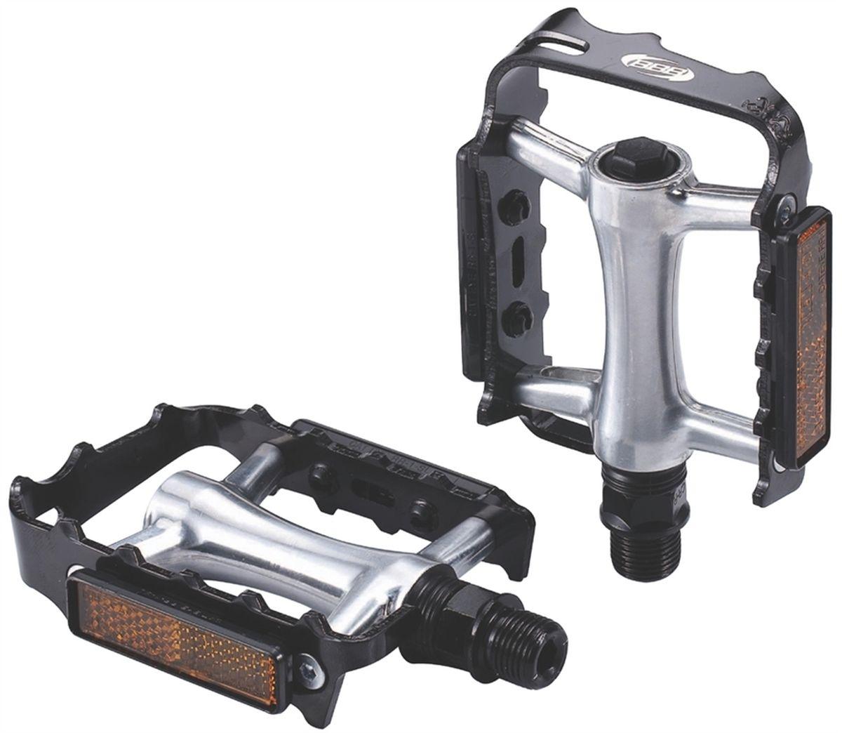 Педали BBB MTB ClassicRide, цвет: черный, стальной, 2 штMHDR2G/ABBB MTB ClassicRide - это модернизированная версия классических алюминиевых педалей. Прочная ось выполнена из хроммолибденовой стали. Промышленные подшипники не нуждающиеся в обслуживании. Рамка с зубцами обеспечивает лучший контакт. Съемные отражатели помогают увидеть вас в темное время суток.