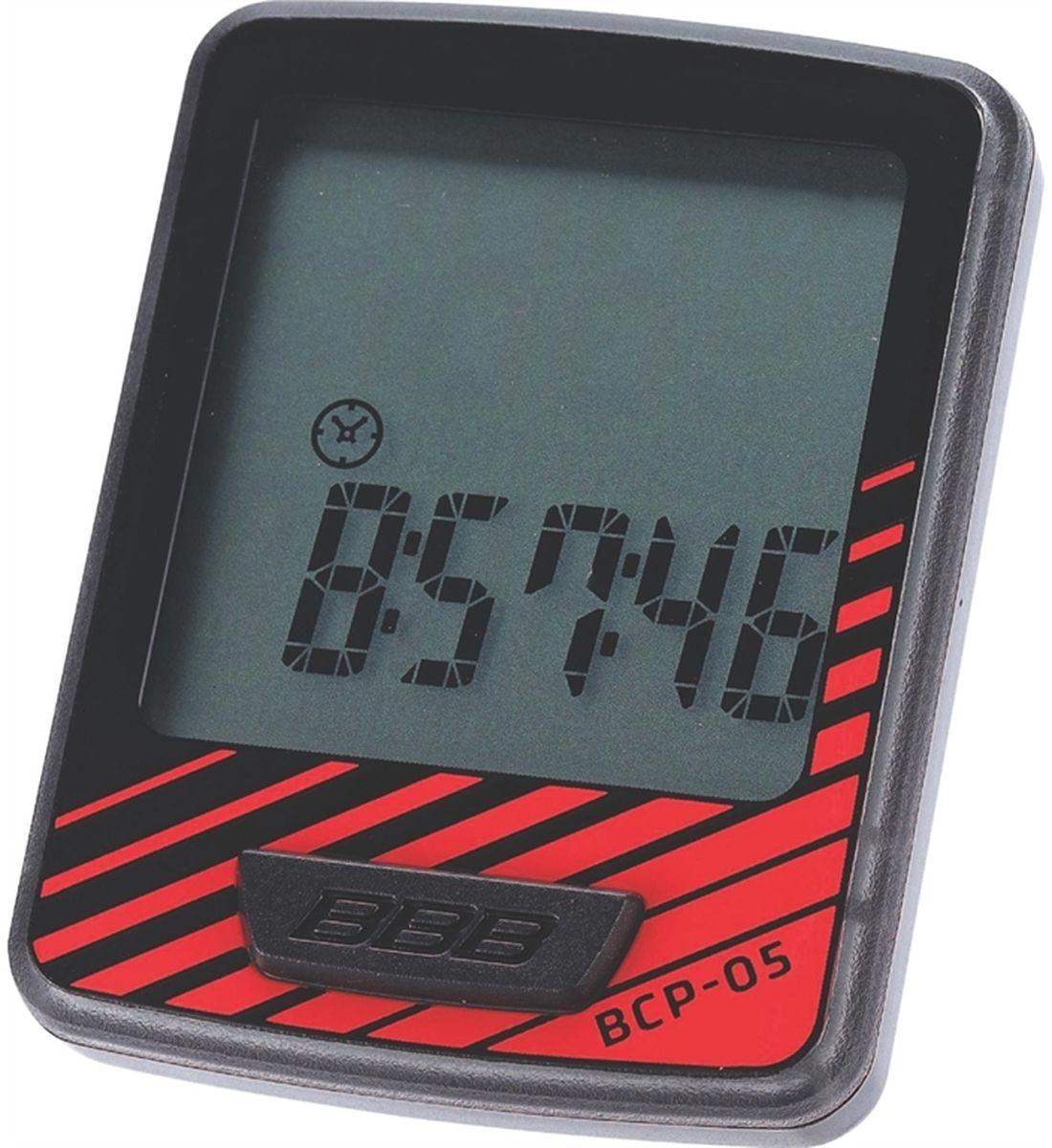 Велокомпьютер BBB DashBoard, 7 функций, цвет: черный, красныйBCP-05Велокомпьютер DashBoard стал, в своем роде, образцом для подражания. Появившись в линейке в 2006 году как простой и небольшой велокомпьютер с большим и легкочитаемым экраном, он эволюционировал в любимый прибор велосипедистов, которым нужна простая в использовании вещь без тысячи лишних функций. Когда пришло время обновить DashBoard, мы поставили во главу угла именно простоту дизайна и использования, в то же время, выведя оба этих параметра на новый уровень. Общий размер велокомпьютера уменьшился за счет верхней части корпуса. Но сам размер экрана остался без изменений - 32 на 32мм, позволяющие легко считывать информацию. Управление одной кнопкой также было сохранено в новой версии. Упрощение конструкции осзначает также меньшее количество швов и лучшую влагозащиту. Так что, DashBoard стал лучше, но остался тем же самым верным другом и помочником, что и был. Проводной компьютер с 7 функциями: Текущая скорость Расстояние поездки Одометр ...