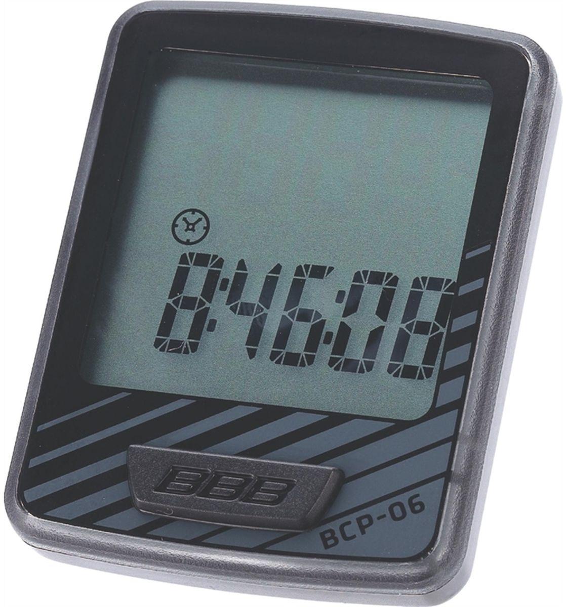 Велокомпьютер BBB DashBoard , 10 функций, цвет: черный, серыйBCP-06Велокомпьютер DashBoard стал, в своем роде, образцом для подражания. Появившись в линейке в 2006 году как простой и небольшой велокомпьютер с большим и легкочитаемым экраном, он эволюционировал в любимый прибор велосипедистов, которым нужна простая в использовании вещь без тысячи лишних функций. Когда пришло время обновить DashBoard, мы поставили во главу угла именно простоту дизайна и использования, в то же время, выведя оба этих параметра на новый уровень. Общий размер велокомпьютера уменьшился за счет верхней части корпуса. Но сам размер экрана остался без изменений - 32 на 32мм, позволяющие легко считывать информацию. Управление одной кнопкой также было сохранено в новой версии. Упрощение конструкции осзначает также меньшее количество швов и лучшую влагозащиту. Так что, DashBoard стал лучше, но остался тем же самым верным другом и помочником, что и был. Проводной компьютер с 10 функциями: Текущая скорость Расстояние поездки Одометр ...