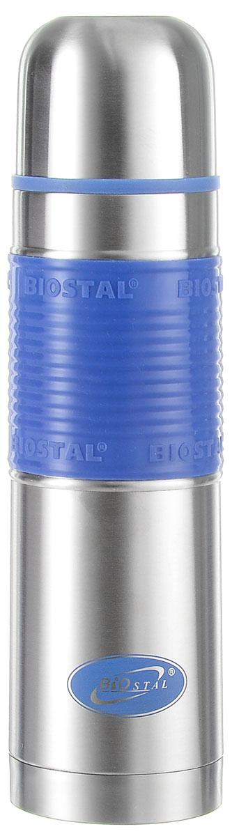 Термос Biostal Flёr, цвет: стальной, синий, 500 мл26100Термос с узким горлом Biostal Flёr, изготовленный из высококачественной нержавеющей стали, имеет удобную цветную силиконовую вставку. Такой термос прост в использовании, экономичен и многофункционален. Термос предназначен для хранения горячих и холодных напитков (чая, кофе) и укомплектован пробкой с кнопкой. Такая пробка удобна в использовании и позволяет, не отвинчивая ее, наливать напитки после простого нажатия. Изделие также оснащено крышкой-чашкой. Легкий и прочный термос Biostal Flёr сохранит ваши напитки горячими или холодными надолго. Высота термоса (с учетом крышки): 24.5 см.Диаметр горлышка: 4,5 см.