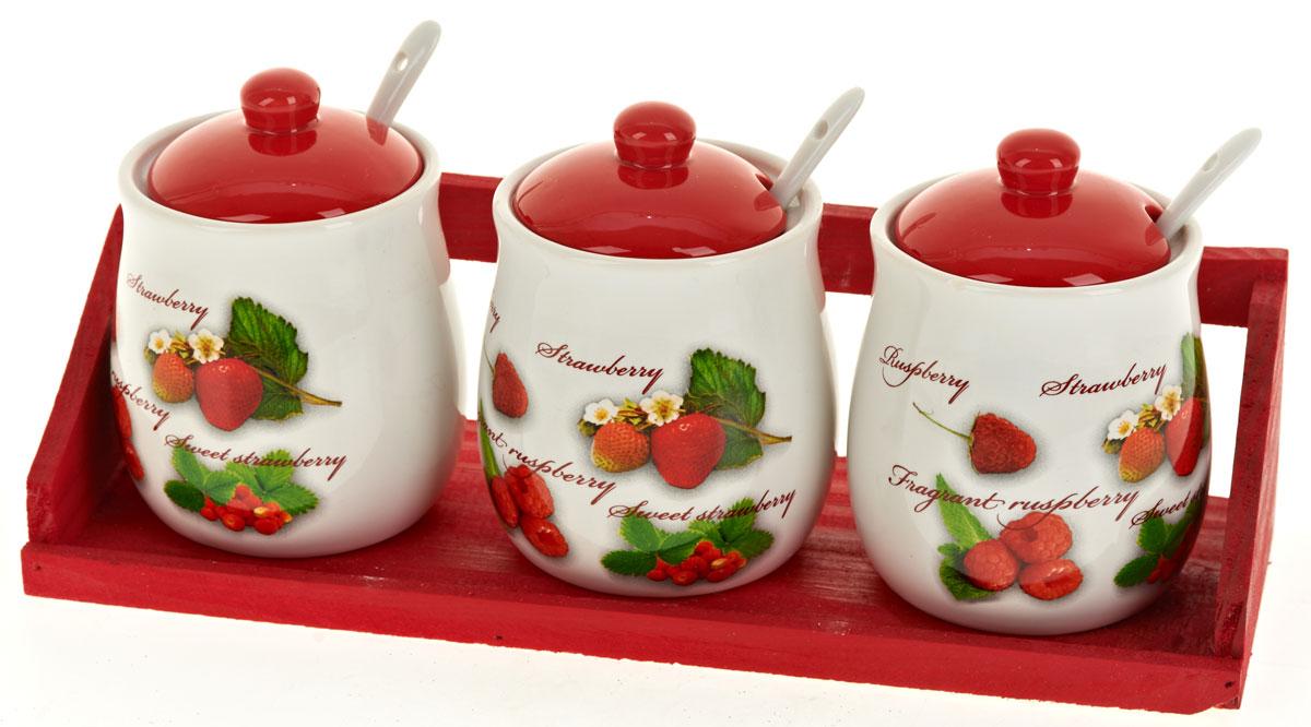 Набор банок для сыпучих продуктов Polystar Садовая ягода, с ложками, 7 предметовL2520267Набор состоит из трех банок для сыпучих продуктов, трех керамических ложек и деревянной подставки. Изделия выполнены из прочной доломитовой керамики высокого качества. Гладкая и ровная глазурованная поверхность обеспечивает легкую очистку. Изделия декорированы красочным рисунком. Такие банки прекрасно подойдут для хранения различных сыпучих продуктов: специй, чая, кофе, сахара, круп и многого другого. Крышка плотно прилегает к стенкам емкости. Можно использовать в микроволновой печи, в холодильнике и посудомоечной машине. Диаметр банки: 8 см. Высота банки: 12 см. Объем банки: 350 мл. Длина ложки: 12,5 см.