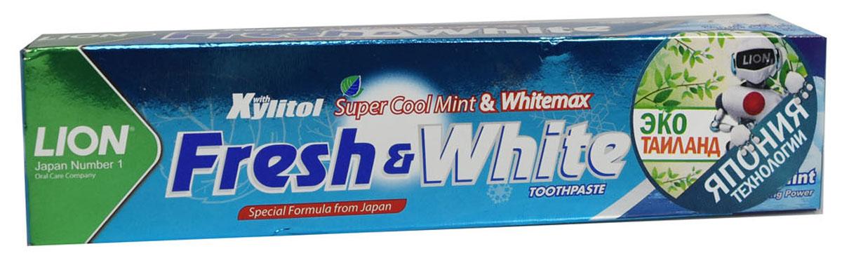 LionThailand Fresh & White Паста зубная отбеливающая супер прохладная мята, 75 гр806061Отбеливающая зубная паста Fresh & White разработана по особой японской формуле, которая обеспечивает комплексную защиту и уход за полостью рта за счет действия трех главных компонентов – фтора, карбоната кальция и витамина Е. Паста эффективно удаляет зубной налет, за короткий срок возвращая зубам естественную белизну. Кальций эффективно укрепляет зубную эмаль, витамин Е заботится о деснах. Двойной фтор активно защитит зубы от кариеса и укрепляет прикорневую зону. Зубная паста превращается в микропену, которая легко проникает между зубами, делая чистку более эффективной. Обладает насыщенным мятным вкусом и ароматом. Способ применения: для ежедневного использования 2 раза в день или после еды. Меры предосторожности: хранить в недоступном для детей месте. Рекомендуется для детей старше 6 лет. Способ хранения: хранить в прохладном сухом месте. Состав: карбонат кальция, вода, сорбитол, гидратированный диоксид кремния, пропиленгликоль, лаурилсульфат натрия, целлюлозная камедь,...