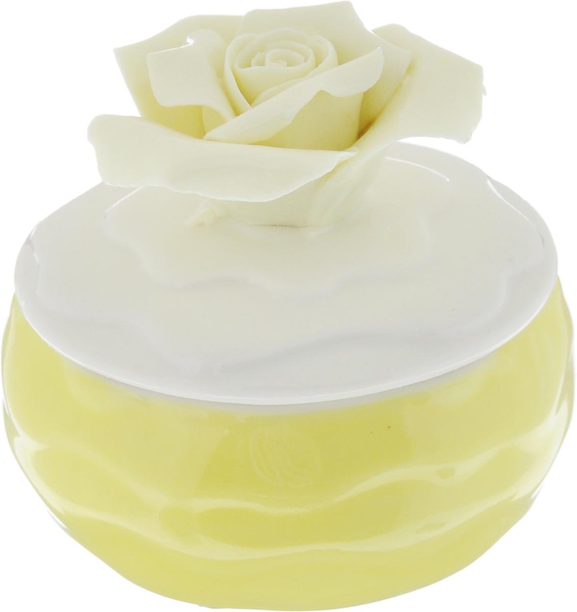 Шкатулка для украшений Феникс-Презент, цвет: желтый, белый, ванильный, 6 х 6 х 6 см43838Шкатулка Феникс-Презент предназначена для хранения украшений. Изделие изготовлено из фарфора. Крышка шкатулки украшена розой. Вы можете поставить шкатулку в любом месте, где она будет удачно смотреться и радовать глаз. Кроме того - это отличный вариант подарка для ваших близких и друзей. Размер шкатулки: 6 х 6 х 6 см.