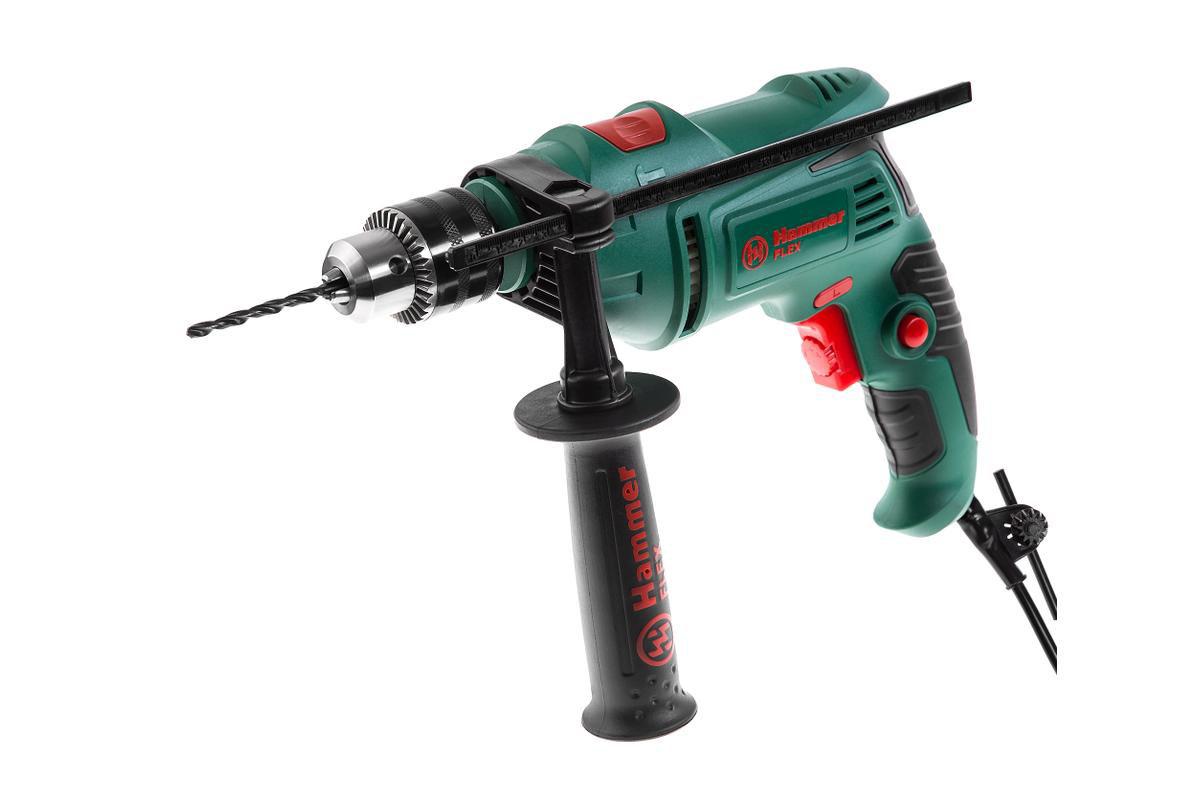 Дрель ударная Hammer Flex UDD620D, 620 Вт315792Дрель ударная Hammer Flex UDD620D 620Вт 13мм 0-2800об/мин В КОРОБКЕ Модель оснащена ключевым патроном, что увеличивает надежность крепления оснастки в патроне (особенно при бурении), а, следовательно, гарантирует безопасность В зависимости от плотности материала, регулировка скорости вращения позволяет начать работу на малых оборотах (т.е. медленном сверлении), а в дальнейшем, при необходимости, увеличивать частоту вращения для качественной обработки материала. Благодаря наличию реверса, ударную дрель можно использовать как шуруповерт Основная рукоять с антискользящим резиновым протектором снижает вибрацию при работе В комплектацию входит вторая рукоятка, она позволят надежно фиксировать инструмент в руках Комплектация: Дрель Рукоятка Ограничитель глубины сверления Ключ для патрона Инструкция Коробка