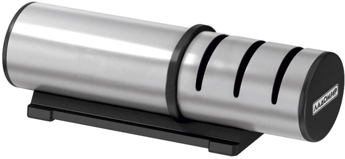 Ножеточка Ладомир, с тремя слотами и металлическим корпусомТМ 300Механическая ножеточка Ладомир ТМ300 обладает не только привлекательным внешним видом, но еще и обеспечивает три этапа обработки лезвий с двусторонней заточкой. За привлекательный внешний вид изделия отвечает практичный и красивый материал корпуса - нержавеющая сталь. Заточка лезвий происходит в трех точильных слотах: в первом слоте происходит грубая обработка режущей кромки дисками с алмазным напылением зернистостью 360 грит, во втором — средняя заточка дисками с алмазным напылением зернистостью 600 грит, а в третьем — финишная заточка керамическими дисками зернистостью 1000 грит. При сильном износе режущей кромки производите заточку последовательно во всех трех слотах, для профилактической обработки лезвия используйте слот финишной заточки. Кроме того, ножеточка Ладомир ТМ300 обеспечивает оптимальный угол заточки режущей кромки благодаря направляющим прорезям точильных слотов, так что Вы можете полностью сосредоточиться на процессе точения и не беспокоиться о том, что неверно...