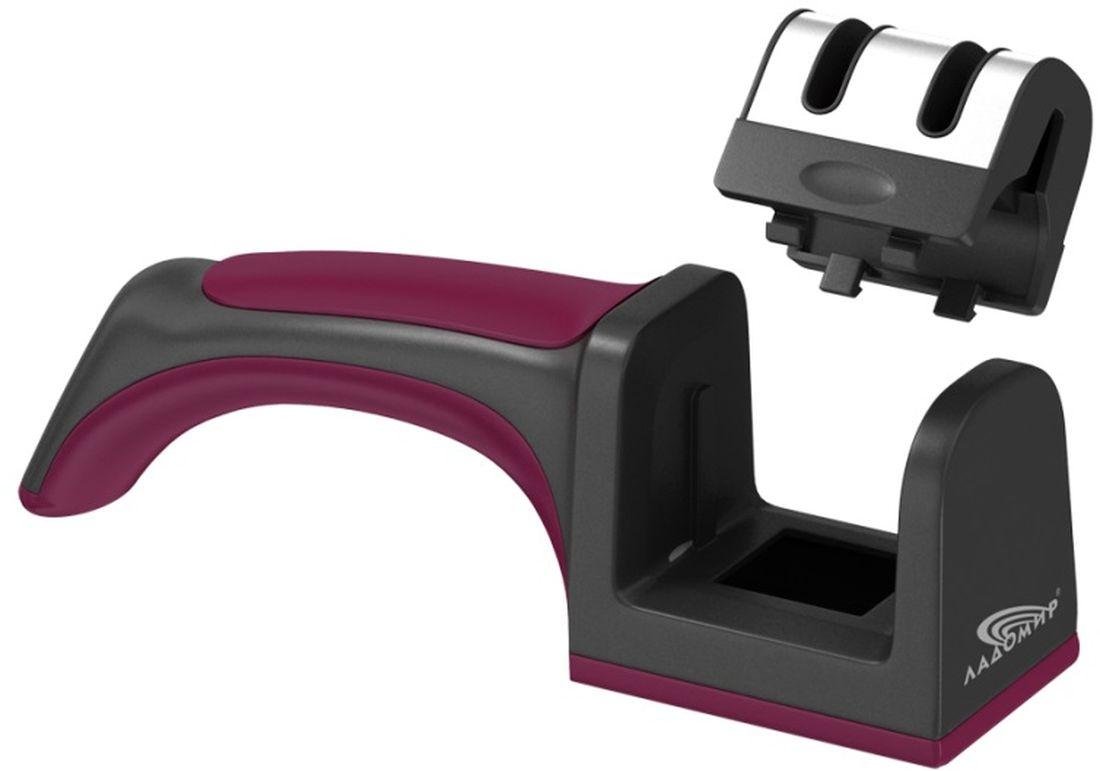 Ножеточка Ладомир, классическая, с двумя слотамиCM000001328Механическая ножеточка Ладомир ТМ201 - удобный и портативный инструмент для заточки стальных кухонных ножей всех типов, кроме ножей с волнистым лезвием, который будет одинаково удобен как для правшей, так и для левшей.Для достижения оптимальной заточки режущей кромки, производите заточку лезвий в два этапа. Сначала обработайте лезвие карбид-вольфрамовым твердосплавным элементом в слоте для восстановления сильно поврежденных лезвий, затем во втором слоте произведите финишную доводку керамическим абразивным элементом. Если лезвие не сильно затуплено, можно начинать заточку сразу со второго слота.При разработке ножеточки Ладомир мы позаботились не только о качестве заточки, но и об удобстве использования. Левши по достоинству оценят съемный блок абразивных элементов ножеточки Ладомир ТМ201: просто переверните блок и можете затачивать нож, держа его в левой руке. Чтобы ножеточка не скользила по поверхности во время точения, прижимайте ножеточку к столу при помощи эргономичной ручки. Для очистки изделия от абразивной пыли, снимите блок точильных элементов и поверните его на 180°. Отделка корпуса нержавеющей сталью придает изделию опрятный вид и упрощает уход за ним, ведь нержавейка не впитывает посторонние запахи.