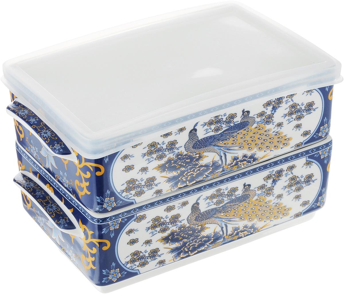 Набор блюд для холодца Elan Gallery Павлин синий, 800 мл, 2 шт503540Блюда для холодца Elan Gallery Синий павлин, изготовленные из высококачественной керамики, предназначены для приготовления и хранения заливного или холодца. Пластиковая крышка, входящая в комплект, сохранит свежесть вашего блюда. Также блюда можно использовать для приготовления и хранения салатов. Изделия оформлены оригинальным рисунком. Такие блюда украсят сервировку вашего стола и подчеркнут прекрасный вкус хозяйки. Не рекомендуется применять абразивные моющие средства. Не использовать в микроволновой печи. Размер блюд (без учета ручек и крышки): 17,2 х 11,5 х 6 см. Объем блюд: 800 мл.