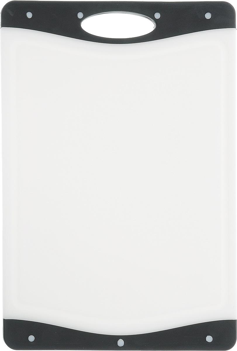 Доска разделочная Kesper, цвет: белый, черный, 33 х 22,5 х 1 смCM000001328Доска разделочная Kesper выполнена из высококачественного пластика и силикона. Материалы непористые, что предотвращает впитывание запаха. Доска имеет специальное антибактериальное покрытие, защищающее поверхность от появления бактерий. Изделие можно использовать с двух сторон. Углубления по краю доски соберут весь сок и поверхность стола останется чистой. А благодаря силиконовым вставкам по краям, доска не скользит по поверхности.Такая доска понравится любой хозяйке и будет отличным помощником на кухне.Можно мыть в посудомоечной машине.