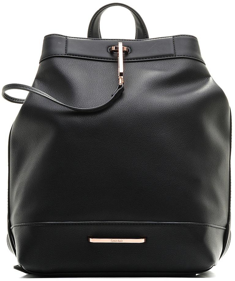 Сумка-рюкзак женская Calvin Klein Jeans, цвет: черный. K60K602494_0010K60K602494Стильная женская сумка-рюкзак выполнена из искусственной кожи и оформлена металлической пластиной с названием бренда. Изделие имеет одно основное отделение, которое закрывается на внешней стороны на большой металлический крючок. Внутри находятся два накладных открытых кармана и один втачной на молнии. Снаружи, на задней стенке расположен открытый накладной карман, оформленный названием бренда. Объем верхнего отверстия регулируется с помощью небольших кнопок. Модель оснащена двумя регулируемыми лямками, которые позволяют носить изделие на плече, и небольшой удобной ручкой.