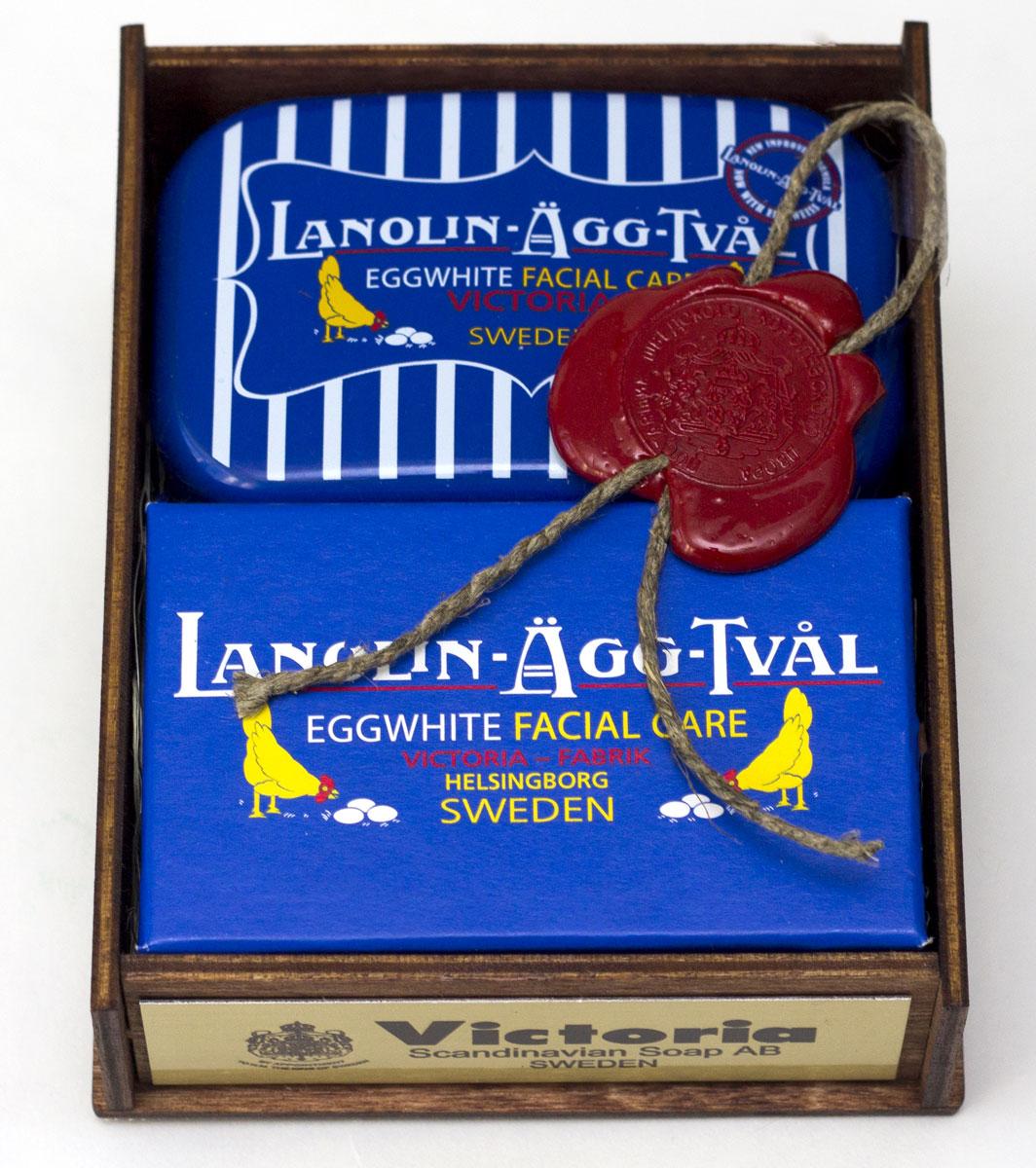 Victoria Soap Lanolin-Agg-Tval Набор Яичное мыло-маска, для всех типов кожи2410381. Мыло-маска Lanolin-Agg-Tval из яичного белка, созданное по старинному шведскому рецепту, передающееся из поколения в поколение. Уникальное средство превосходно очищает поры от загрязнений, сохраняя ее естественную увлажненность, за счет высокого содержания в нем компонентов натурального происхождения, таких как: ланолин, растительных масел Оливы и масло Ши. А входящий в состав мыло-маски Lanolin-Agg-Tval яичный белок и розовая вода ухаживают за вашей кожей, делая цвет лица более ровным и красивым. Подходит для ежедневного использования, а также в качестве маски для более глубокого очищения 1-2 раза в неделю для всех типов кожи. 2. Мыльница LANOLIN-AGG-TVAL Размер: 84х54х31,5 мм 3. Деревянный корф цвета ореха