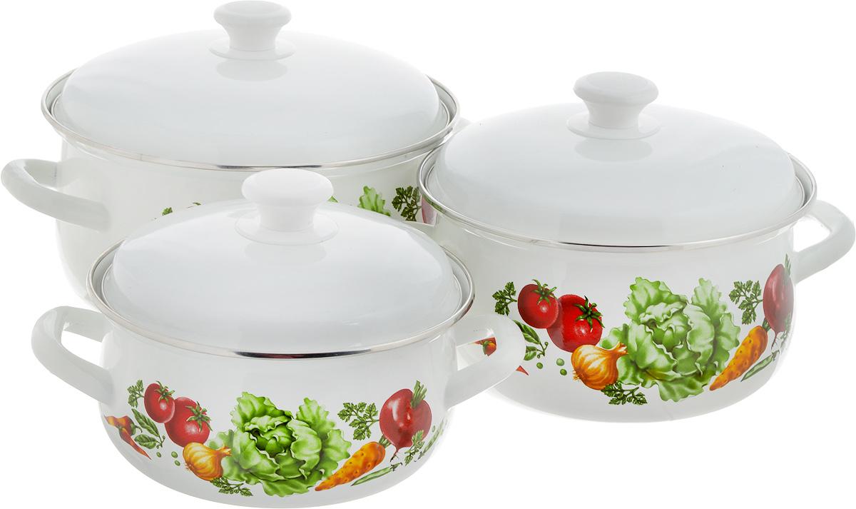 Набор посуды КМК Поварской-1, 6 предметовCM000001328Набор посуды КМК Поварской-1, состоящий из трех кастрюль с крышками, изготовлен из высококачественной стали с эмалированным покрытием. Каждая кастрюля дополнена рецептом первых блюд. Эмалированное покрытие славиться своей безопасностью и добротностью. Эмалевое покрытие, являясь стекольной массой, не вызывает аллергии и надежно защищает пищу от контакта с металлом. Внутренняя поверхностьидеально ровная, что значительно облегчает мытье. Покрытие устойчиво к механическому воздействию, не царапается и не сходит, а стальная основа практически не подвержена механической деформации, благодаря чему срок эксплуатации увеличивается. Кастрюли оснащены крышками, выполненными из стали с эмалированным покрытием. Крышки плотно прилегают к краям кастрюль, сохраняя аромат блюд, и имеют удобные пластиковые ручки. Подходят для газовых, электрических и керамических плит. Можно мыть в посудомоечной машине. Высота стенок кастрюль: 9,5 см, 11,5 см, 12,5 см. Диаметр кастрюль (по верхнему краю): 20,5 см, 23 см, 26 см.Ширина кастрюль (с учетом ручек): 26 см, 28,5 см, 32 см.Объем кастрюль: 2 л, 3 л, 5,5 л.