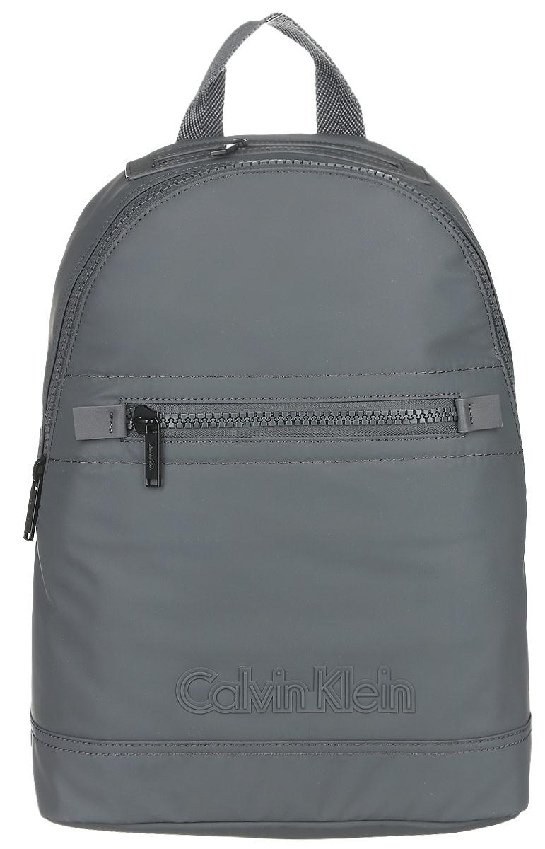 Рюкзак мужской Calvin Klein Jeans, цвет: темно-серый. K50K502065_9100K50K502065Практичный рюкзак Calvin Klein Jeans выполнен из полиуретана, оформлен символикой бренда. Изделие содержит одно большое отделение, которое закрывается на застежку-молнию. Внутри модель дополнена накладным карманом для планшета и прорезным на застежке-молнии. Лицевая и верхняя части рюкзака дополнены прорезными карманами на застежке-молнии. Рюкзак оснащен широкими лямками регулируемой длины и петлей для подвешивания.