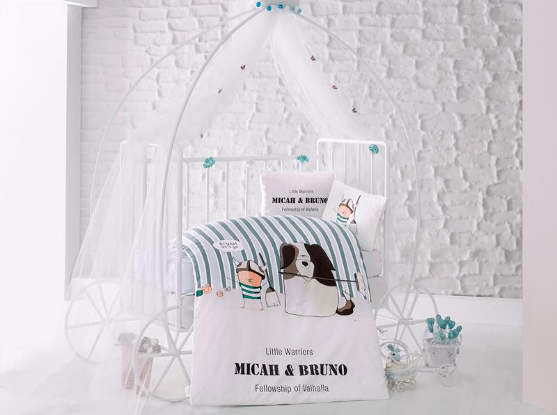 Clasy Комплект детского постельного белья Bruno 4 предметаdogs_rose50Комплект детского постельного белья Clasy Bruno, состоящий из двух наволочек, простыни и пододеяльника, выполнен из ранфорса (натурального 100% хлопка).Ранфорс - это стопроцентная натуральная хлопковая ткань. Эта ткань отличается практичностью и своеобразными свойствами. Одной из особенностей ткани является то, что она может подстраиваться под температуру воздуха в помещении. Постельное белье из ранфорса в зимнее время помогает согреться, а в летнее время помогает обрести состояние прохлады. Главной отличительной особенностью ранфорса является особое переплетение нитей и их повышенная прочность, что делает материал более износоустойчивым. Ткань на ощупь довольно мягкая, хорошо пропускает воздух и впитывает влагу. Легко стирается, легко выглаживается, а также не накапливает статического электричества.Такой комплект идеально подойдет для кроватки вашего малыша. На нем ребенок будет спать здоровым и крепким сном.Уход: чистка с использованием углеводорода, хлорного этилена, монофлотрихлорметана, можно выжимать и сушить в стиральной машине или в электрической сушке для белья, стирка при максимальной температуре 40°С, гладить при средней температуре (до 150°С), нельзя отбеливать.