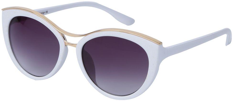 Очки солнцезащитные женские Fabretti, цвет: белый, золотой, пурпурный. J174397-1GFM-849-TRНевероятно стильные женские очки от итальянского бренда Fabretti выполнены в изысканной форме кошачьего глаза. Классический белый цвет и оправа в золотом оттенке призваны добавить в ваш образ нотку настоящего итальянского шика. Дизайнерская перфорация создает глубину и элегантность, поэтому аксессуар понравиться всем любительницам высокой моды. Градиентное покрытие линз, высокая степень защиты от солнечных лучей и надежное крепление дужек, - все это превращает модель в прочные и стильные очки, которые будут украшать вас на протяжении нескольких модных сезонов.