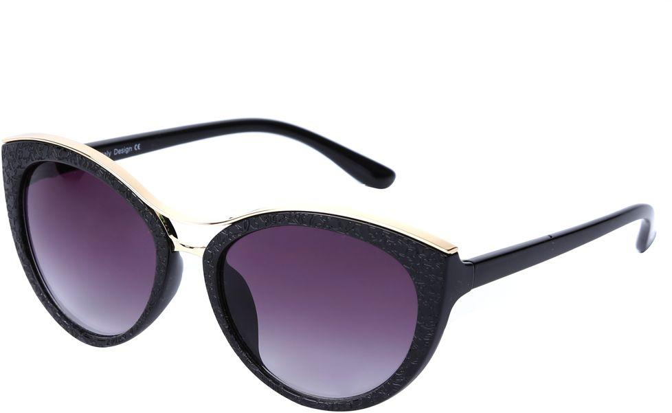 Очки солнцезащитные женские Fabretti, цвет: черный, золотистый, пурпурный. J174397-2GFM-849-TRНевероятно стильные женские очки от итальянского бренда Fabretti выполнены в изысканной форме кошачьего глаза. Классический черный цвет и оправа в золотом оттенке призваны добавить в ваш образ нотку настоящего итальянского шика. Дизайнерская перфорация создает глубину и элегантность, поэтому аксессуар понравиться всем любительницам высокой моды. Градиентное покрытие линз, высокая степень защиты от солнечных лучей и надежное крепление дужек, - все это превращает модель в прочные и стильные очки очень удобеные для вождения, а также незаменимые на отдыхе.