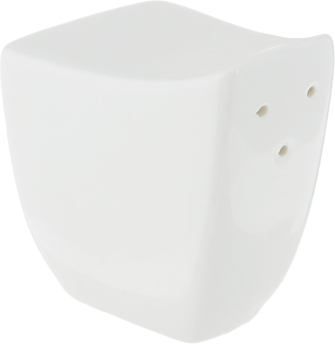 Солонка Ariane Rectangle, 5 х 5,5 х 4 смAVRARN71001Солонка Ariane Rectangle изготовлена из высококачественного фарфора белого цвета. Солонка имеет три отверстия для высыпания соли, на дне - отверстие, позволяющее наполнить емкость, снабженное силиконовой вставкой. Такая солонка украсит сервировку вашего стола и подчеркнет прекрасный вкус хозяина, а также станет отличным подарком. Можно мыть в посудомоечной машине.
