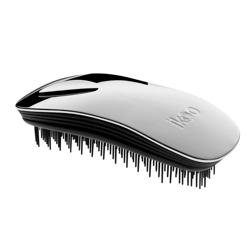 Ikoo Расческа-детанглер Home black Oyster Metallic90221Коллекция ikoo Metallic – это стильная линейка расчесок-детанглеров Выполненная из легкого металла, она не только сохраняет все достоинства iKoo, безболезненно распутывает волосы и обеспечивает прекрасный массаж головы по принципам традиционной китайской медицины, но и станет прекрасным дополнением вашего образа. Ikoo – расческа-детанглер, которая: - придает объем и блеск волосам - массирует кожу головы - позволяет заботиться о волосах даже во время расчесывания и не оставляет шанса секущимся кончикам - легко распутывает влажные волосы - распутывает волосы без боли Уникальный подход щетки ikoo — расположение и структура щетинок, которые позволяют не только легко распутывать и расчесывать волосы, но и делать массаж головы в соответствии с принципами традиционной китайской медицины. Щетинки стимулируют энергетические меридианы и рефлексогенные зоны, что также положительно влияет на вегетативную нервную систему. Благодаря оптимальной степени твердости щетины, волосы распутываются легко...