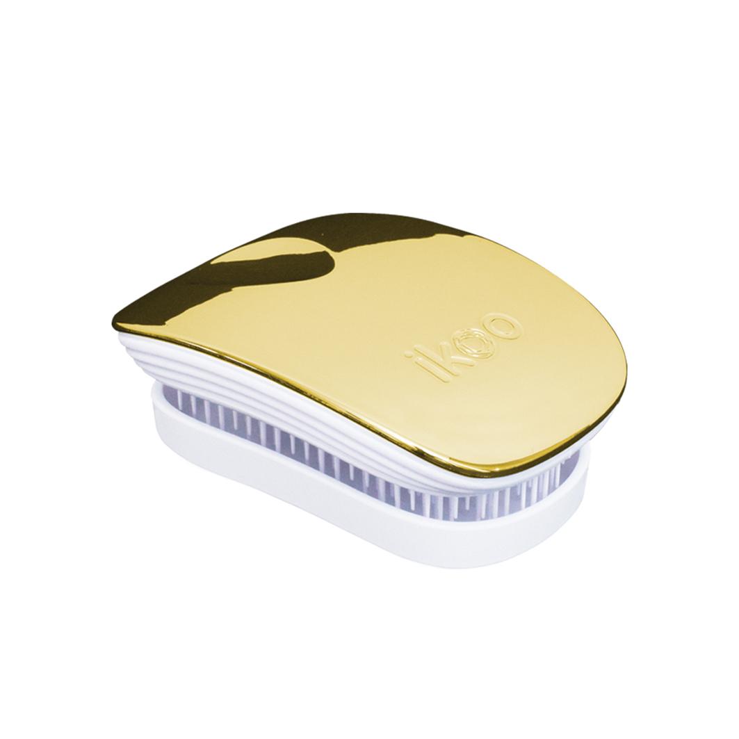 Ikoo Расческа-детанглер Pocket White Soleil Metallic91013Коллекция ikoo Metallic – это стильная линейка расчесок-детанглеров Выполненная из легкого металла, она не только сохраняет все достоинства iKoo, безболезненно распутывает волосы и обеспечивает прекрасный массаж головы по принципам традиционной китайской медицины, но и станет прекрасным дополнением вашего образа. ikoo Pocket – расческа для тех, кто всегда в движении Если Вы не хотите упускать шанс всегда иметь под рукой удобную расческу, а также оставить позади секущиеся концы и поврежденные волосы, то карманная версия расчески iKoo – то, что Вам нужно! «Младшая сестра» ikoo Pocket обладает всеми качествами оригинальной версии, а также имеет удобную крышку, которая предохранит расческу от загрязнений, а Вашу сумку – от попадания волос. Ikoo – расческа-детанглер, которая: - придает объем и блеск волосам - массирует кожу головы - позволяет заботиться о волосах даже во время расчесывания и не оставляет шанса секущимся кончикам - легко распутывает влажные волосы - распутывает волосы...