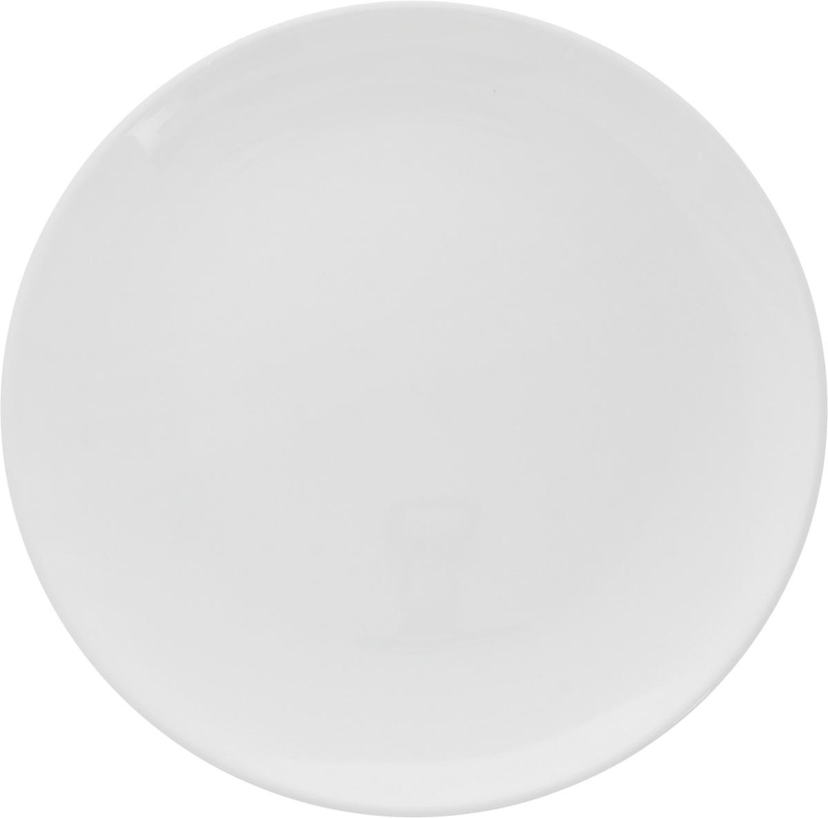Тарелка Ariane Коуп, диаметр 21 см. AVCARN11021AVCARN11021Тарелка Ariane Коуп, изготовленная из высококачественного фарфора, имеет классическую круглую форму без полей. Такая тарелка отлично подойдет в качестве блюда для закусок и нарезок, а также для подачи различных десертов. Изделие прекрасно впишется в интерьер вашей кухни и станет достойным дополнением к кухонному инвентарю. Тарелка Ariane Коуп подчеркнет прекрасный вкус хозяйки и станет отличным подарком. Можно мыть в посудомоечной машине и использовать в микроволновой печи. Высота: 2,5 см. Диаметр тарелки: 21 см.