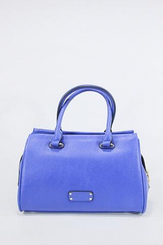 Сумка женская Baggini, цвет: синий. 29791/40BM8434-58AEЖенская сумка Baggini выполнена из искусственной кожи.Изделие содержит одно отделение и закрывается на застежку-молнию. Внутри расположены два накладных кармана, врезной карман на застежке-молнии и карман-средник на молнии. Задняя сторона сумки дополнена врезным карманом на молнии. Сумка оснащена двумя удобными ручками средней высоты и съемным плечевым ремнем. Дно сумки дополнено металлическими ножками.