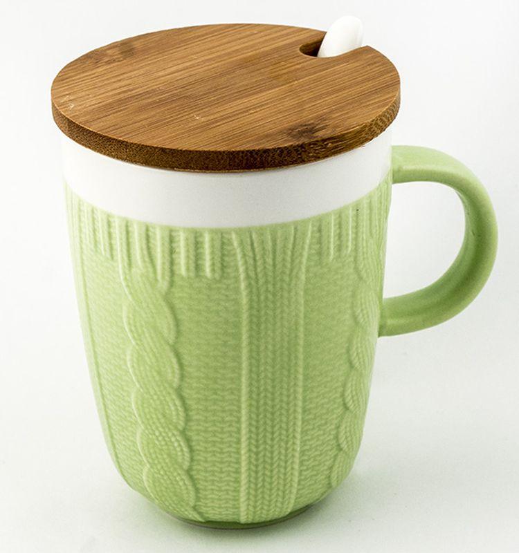 Кружка Эврика Вязанная, цвет: зеленый, 300 мл115610Долгими зимними вечерами, в осеннюю слякоть или вecеннюю распутицу приятно согреться кружкой чего-нибудь горячего, особенно, если она тоже одета в тёплый вязаный свитер. В комплект входит керамическая ложечка и крышка из бамбука, предохраняющая напиток от остывания. Уютный домашний дизайн, экологичные материалы, качественная упаковка делают эту кружку прекрасным подарком.