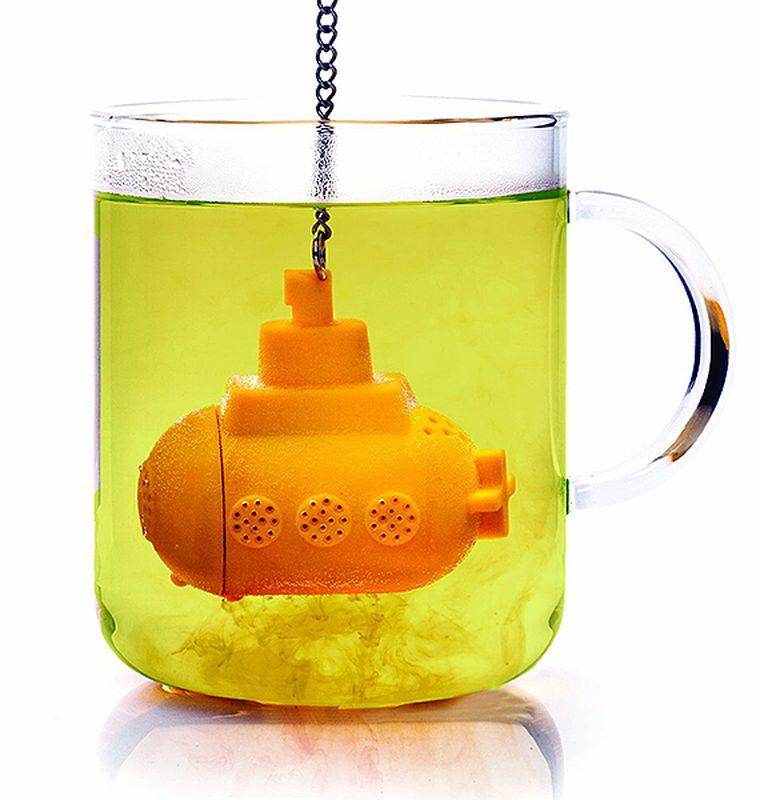 Ситечко для чая Эврика Yellow Submarine96586Современные кухонные аксессуары - яркие и удобные, - отлично приживаются не только дома, но и в офисе. Небольшая ёмкость из пищевого силикона служит для заваривания листового чая прямо в кружке, задерживает чаинки, помогает обойтись без надоевших чайных пакетиков и радует забавным дизайном.