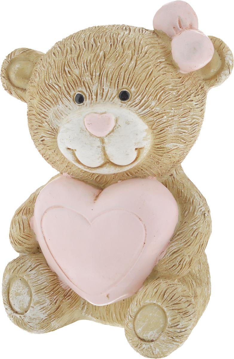 Фигурка декоративная Magic Home Мишка с сердцем, 6,7 х 6,3 х 9,3 см44418Декоративная фигурка Мишка с сердцем выполнена из полирезина. Такая фигурка прекрасно дополнит любой интерьер и станет хорошим подарком.