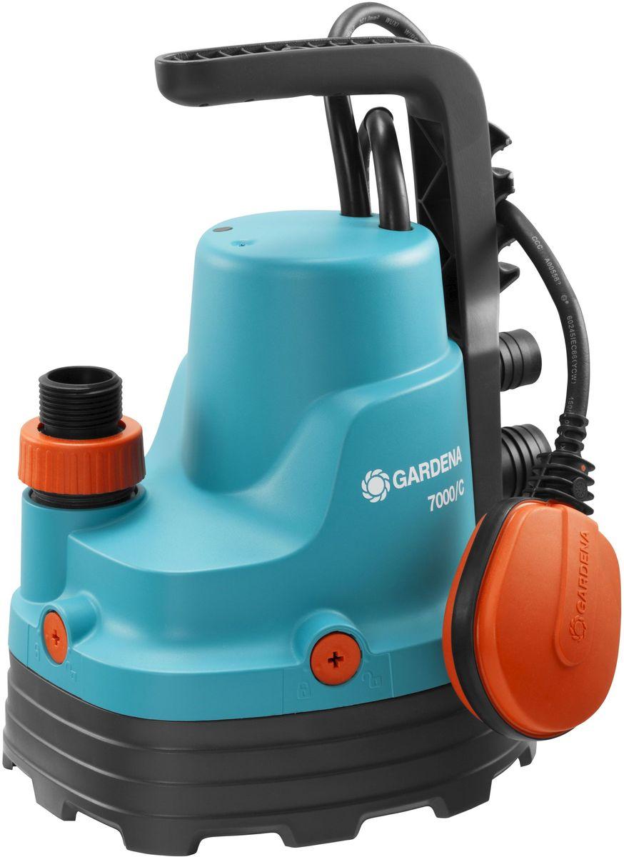 Насос для чистой воды Gardena, дренажный, 7000/C106-026Иногда вода может появиться там, где ее не должно быть, например, в подвале или возле стиральной машины, либо вам необходимо просто откачать или перекачать воду. Дренажный насос Gardena идеально подходит для быстрой перекачки чистой или слегка загрязненной воды с диаметром частиц не более 5 мм. Благодаря наличию силового кабеля длиной 10 м, практичный и надежный насос может использоваться для выполнения различных задач даже на очень большой глубине. Поплавковый выключатель обеспечивает автоматическое включение и выключение насоса. Уровни включения и выключения с помощью поплавкового выключателя регулируются путем изменения положения кабеля в фиксаторе. Переключатель возможно зафиксировать в ручном режиме. Надежный корпус насоса, выполненный из укрепленного стекловолокном пластика, износостойкое рабочее колесо насоса и малошумный. Если в процессе работы рабочее колесо заблокировалось, то вы можете снять нижнюю часть и очистить насос от грязи. Электромотор не требует технического обслуживания, а термовыключатель не позволит насосу перегреться, гарантируя длительный срок эксплуатации.