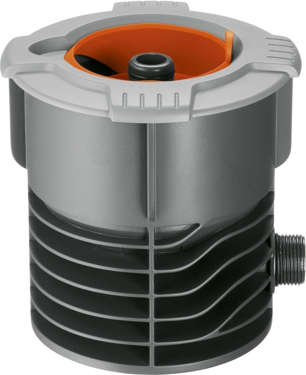 Входная колонка Gardena. 02722-20.000.0002722-20.000.00Входная колонка GARDENA соединяет водопровод с подземной системой дождевания GARDENA Sprinklersystem или трубопроводом GARDENA. В комплект входит штуцер системы Profi Maxi-Flow для подсоединения к водопроводному крану, снабженному резьбой (арт. 2713-20). При подсоединении клапана для полива или водозаборной колонки шланговое соединение испытывает постоянное давление, в этом случае соединение необходимо стабилизировать с помощью адаптерной вставки (арт. 1513-20). Выдвижная сферическая крышка при открытии убирается внутрь входной колонки и не препятствует стрижке газона. Широкий обод не позволяет траве прорастать внутрь крышки. Съемный фильтр предотвращает загрязнение при открытой крышке. Входная колонка GARDENA имеет наружную резьбу 3/4.