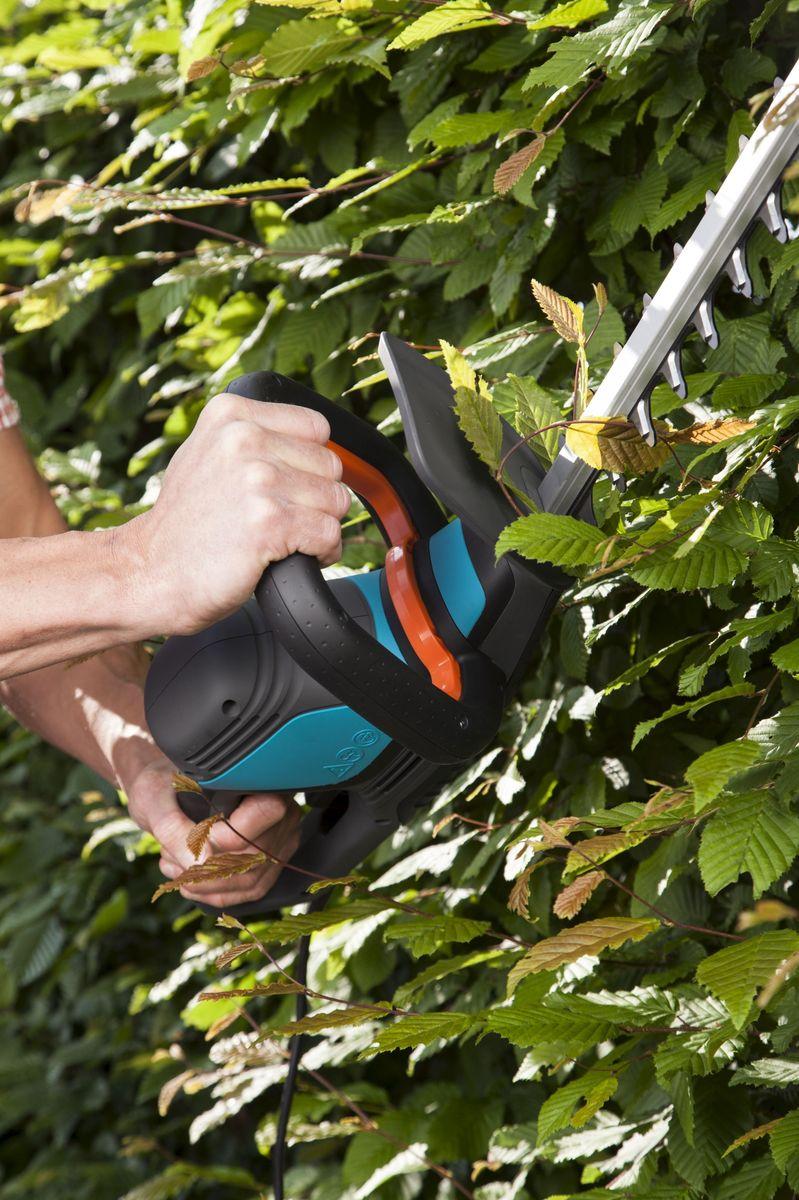 Ножницы для живой изгороди Gardena ComfortCut 550/50, электрические09833-20.000.00Легкие электрические ножницы для живой изгороди GARDENA EasyCut 550/50 прекрасно подходят для удобной стрижки живых изгородей. Благодаря рукоятке эргономичной формы ножницы удобно лежат в руке. Большая кнопка запуска позволяет легко и безопасно включить инструмент в любой ситуации. Оптимизированная геометрия лезвий гарантирует эффективную, быструю и чистую обрезку. Кроме того, она обеспечивает плавность работы при низком уровне вибрации и дает возможность прилагать меньше усилий.