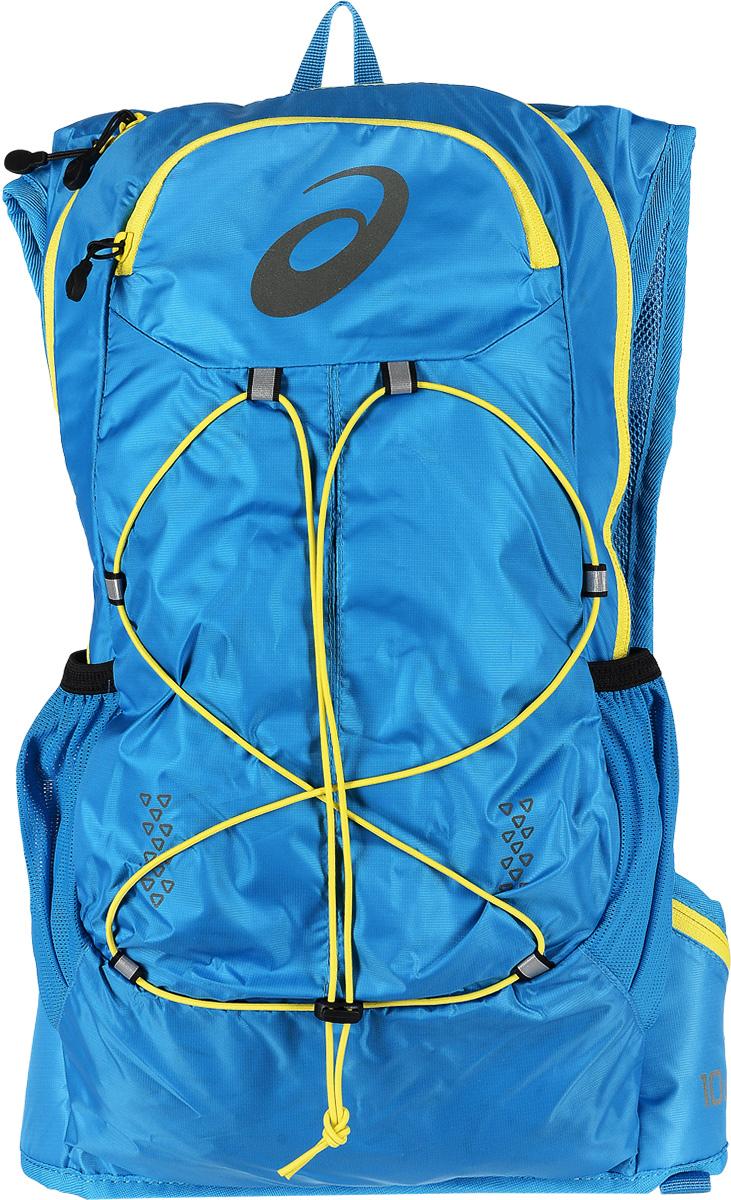Рюкзак спортивный Asics Lightweight Running Backpack, цвет: голубой, 10 л. 131847-8012SVCB-RT6-E150Рюкзак для бега Asics Lightweight Running Backpack выполнен из высококачественного полиэстера и оформлен принтом с изображением логотипа бренда. Рюкзак оснащен двумя плечевыми лямками регулируемой длины из сетчатой ткани, на которых расположенгрудной ремень, застегивающийся на застежку-фастекс. Изделие оснащено двумя набедренными карманами на поясе, которые закрываются на молнию. Также изделие оснащено поясным ремнем регулируемой длины, застегивающимся на застежку-фастекс. Мягкая спинка дополнена накладками из сетчатой ткани, которая обеспечит воздухопроницаемость при движении. Изделие имеет два сетчатых боковых кармана для бутылок с водой. Рюкзак закрывается на удобную застежку-молнию. Внутри расположено главное вместительное отделение, которое содержит один накладной открытый карман. Спереди рюкзак оформлен функциональной шнуровкой.